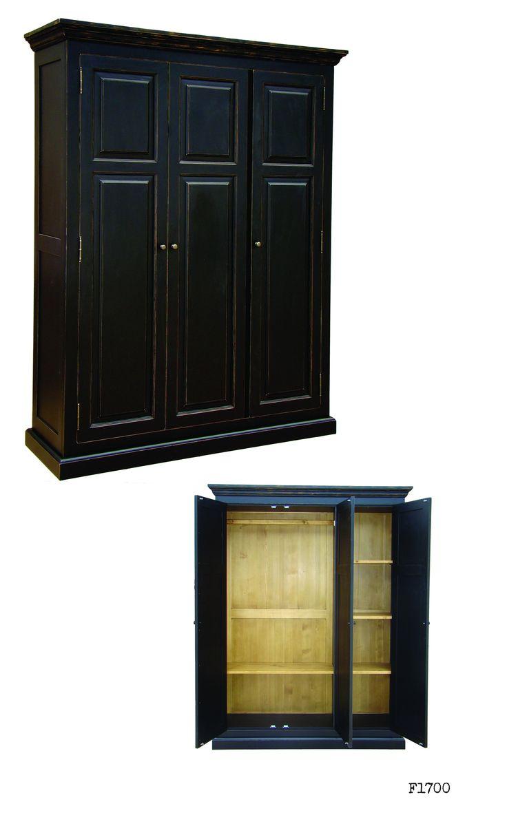 tömör fenyőfa háromajtós szekrény koptatott felülettel. Solid wood wardrobe
