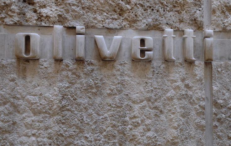 L'insegna del negozio Olivetti voluto da Adriano Olivetti e disegnato da Carlo Scarpa, scopri di più bit.ly/olivettivenezia