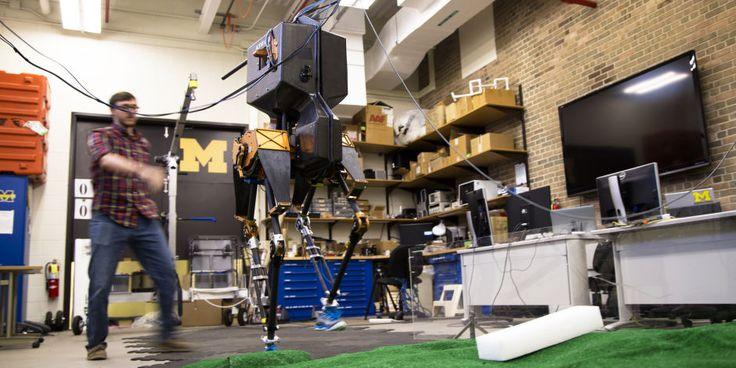 En matière de robotique il existe un champ de la recherchequi concentre une grande partie de l'attention des chercheurs. Donner la marche aux robots… La question de la locomotion des robots est au cœur des recherches de l'équipe de Jessy Grizzle de l'Université du Michigan qui comme bien d'autres, travaille à reproduire la bipédie chez …