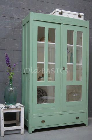 Vitrinekast 10131 - Karaktervolle houten vitrinekast in een mint groene kleur. De kast heeft op de koof sierlijk houtsnijwerk. De verdeling van het glas geeft de kast een stijlvolle uitstraling. Onderin zit een lade.