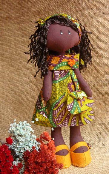 Boneca negra com 35 cm vestindo vestidinho feito com Capulana (tecido africano).    Linda!