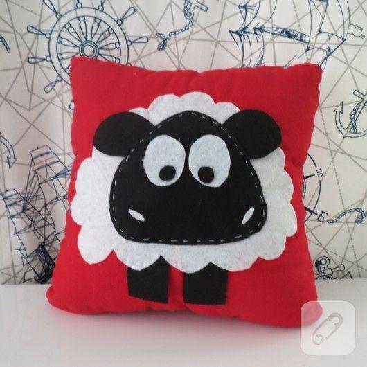 kırmızı kumaş üzerine keçeden yapılmış kuzu figürü aplike edilmiş şirin yastık modeli ve daha birçok kırlent süsleme örneği 10marifet.org'da