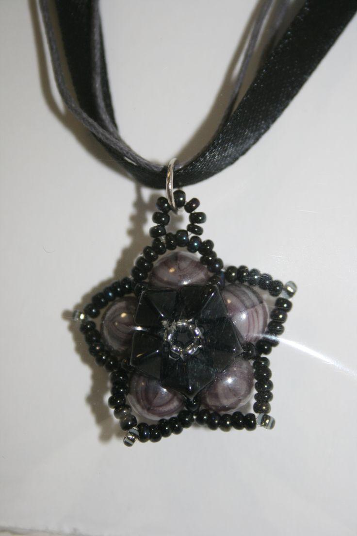 fekete virág mintás nyaklánc