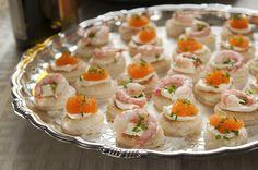 Smördegsrundlar med räkor och löjrom är ett elegantare alternativ till den traditionella räkmackan. De små aptitretarna kan med fördel förberedas i god tid. Håkan Larsson bjuder dig som vanligt på sina bästa vintips.