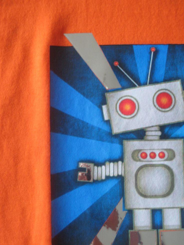 Oranje t-shirt met full color opdruk van een robot. Accenten in spiegel folie. Eigen ontwerp!
