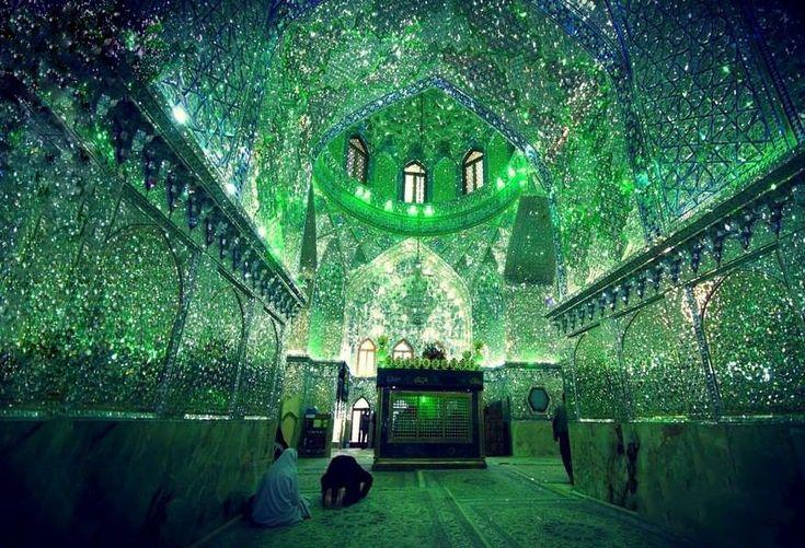 Monumento iraniano esconde milhões de vidros brilhantes em seu interior