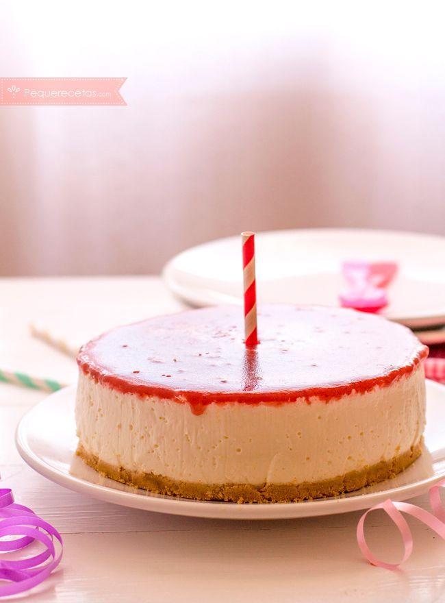 Tarta de cumpleaños de queso ¡sin horno! Receta de tarta de queso fácil: os enseñamos a hacer tarta de queso sin horno con mermelada de fresa.