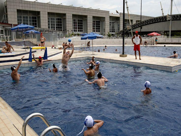 """O Clube Escola Santo Amaro oferece prática aberta de Polo aquático masculino e feminino voltada para crianças e jovens entre 10 e 12 anos. As atividades acontecem sempre de quarta e sexta-feira, das 10h30 às 12h e das 13h30 às 14h30. Já para o público entre 13 e 16 anos os encontros ocorrem de quarta...<br /><a class=""""more-link"""" href=""""https://catracalivre.com.br/sp/saude-bem-estar/gratis/polo-aquatico-clube-escola-santo-amaro/"""">Continue lendo »</a>"""