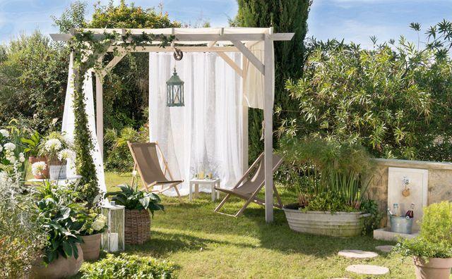 Petit abri avec un voilage blanc et un jardin champêtre