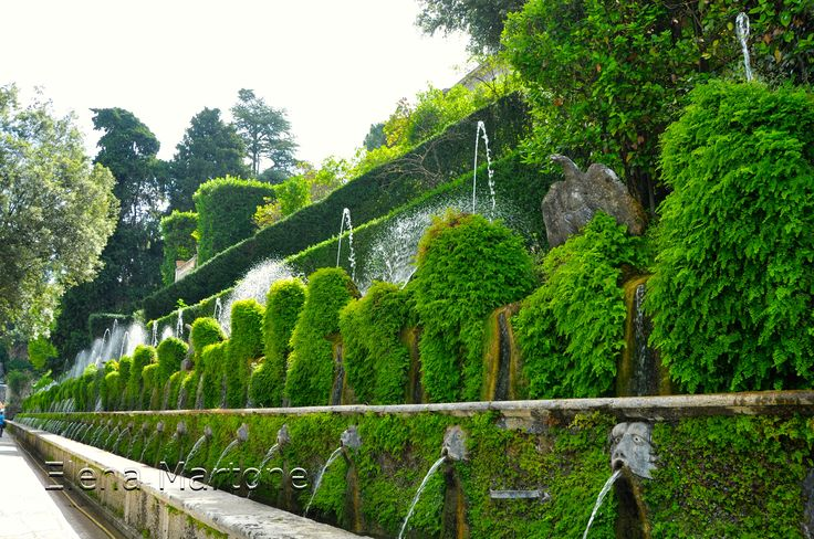 Le cento fontane che scorrono su livelli diversi. Ascoltare il rumore dell'acqua che scroscia e gorgoglia come una musica si prova una sensazione unica