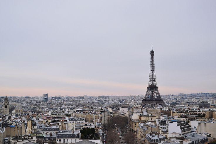 Photo de la Tour Eiffel, Eiffel Tower, dans la journée, prise de l'Arc de Triomphe.