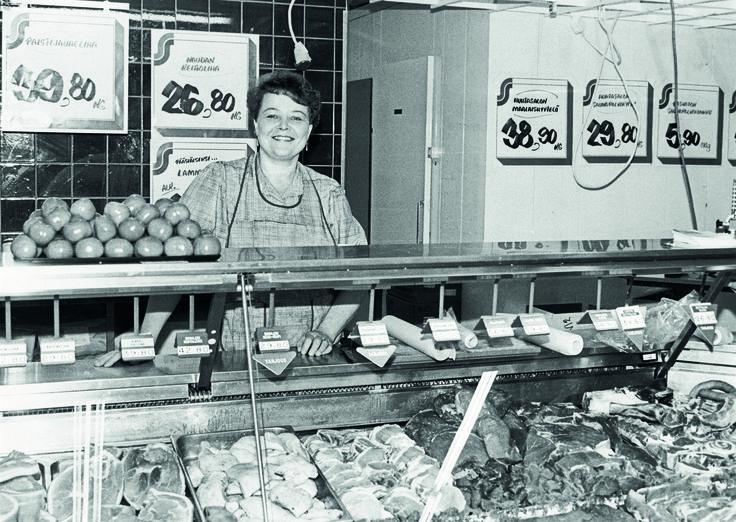 Helena Kinnunen Keskimaan Keuruun myymälässä palvelutiskin takana 1990-luvun taitteessa. Tiski poistui, kun Keuruulle avattiin uusi myymälä 1996. Maaliskuussa 2015 marketissa toteutettiin kattava uudistus, jonka myötä kaivattu palvelutiski palautettiin osaksi myymälän palveluja