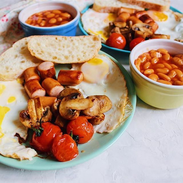 Full English breakfast ☕️  Fried eggs, sausage, grilled tomato and mushrooms, toast, baked beans in tomato sauce.  Традиционный  английский завтрак ☕️  Жареные яйца, сосиски, помидоры и шампиньоны на гриле, тост,фасоль в томатном соусе. •  •  •  #yaninaiscooking #foodshare #foodblog #healthyfood #foodblogger #goodfood #vscofood #lovefood #ilovefood #realfood #igfood #englishbreakfast #englishbreakfasttea #englishfood #englishfoodie #healthyfood #healthyfoodshare #healthyfood...