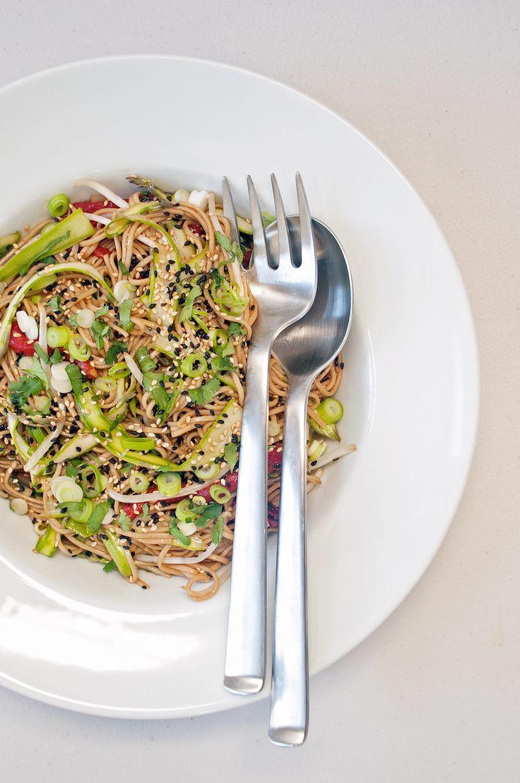Noodles met wat groenten, soya saus, citroensap en sesamzaadjes