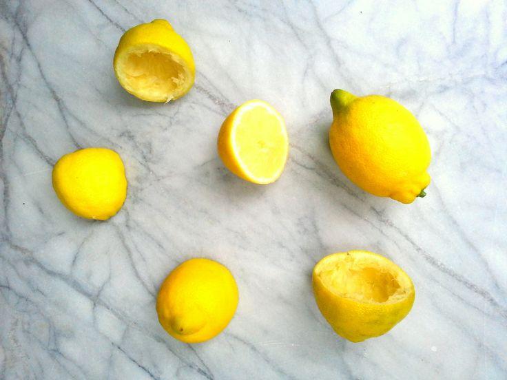 Je dag beginnen met (lauw)warm citroen water heeft veel voordelen. Lees hier waarom citroen water zo goed en lekker is als ochtendritueel!
