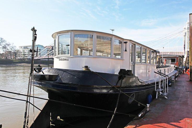 ロンドン中心部テムズ川に浮かぶ邸宅  1890年にオランダで造られ、欧州の運河や水路を運航していた船を改造した3寝室の邸宅。「ロンドンで最も美しい橋の一つ」アルバート橋の近くに停泊している(年間停泊料2万0700ポンド=約360万円)。内装は白で統一、リビングダイニングの全面の窓やキッチンの天窓から自然光を採り入れている。