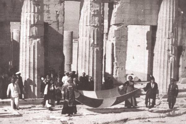 """""""«Η πιο όμορφη, η πιο γλυκειά μέρα του κόσμου» έχει γράψει ο Γιώργος Σεφέρης για την ημέρα της Απελευθέρωσης που ξημέρωσε στην Αθήνα στις 12 Οκτωβρίου του 1944, μετά από τριάμιση χρόνια γερμανικής κατοχής."""