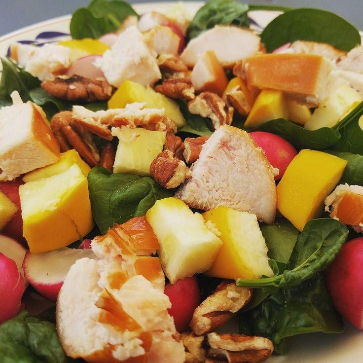 Salade tijd :  Baby-spinazie gele courgette radijsjes paranoten en gerookte kip  #afvallenmetbregje #afvallen #koolhydraatarm #lowcarb #eiwitten #proteine #gezond #gripopkoolhydraten #gok #lowfat #lowcarbdiet #ketodieet #lowcarbhighfat #lchf #Atkins #eiwitrijk #diabetes #keerdediabetes2om #groenten #salade #spinazie
