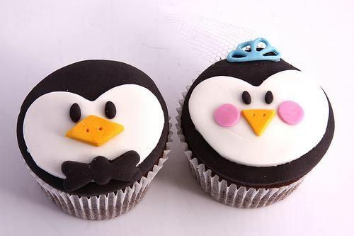 Hermosos cupcakes decorados con fondant personalizados con motivo de boda.
