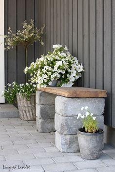 Gör en egen sittbänk. Inspiration bloggen Lina på landet. Kantstenar och en gammal golvplank.