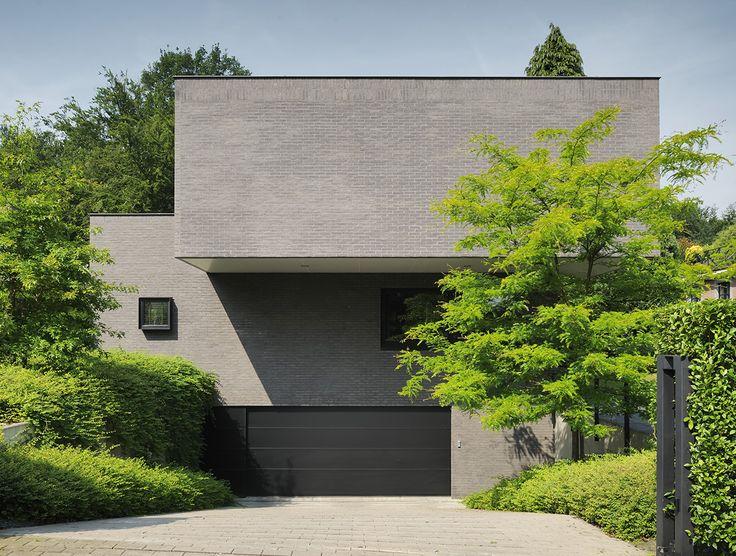 Il s'agit d'une maison contemporaine située sur une parcelle peu commode, longue (80m) et étroite (20m). Le déploiement des décrochements du plan permet de profiter partout de la vue dégagée vers le fond de la parcelle à l'Ouest et de multiplier les ouvertures au Sud.Cela confère au plan une fluidité dictée par la lumière et cela maximise la relation entre intérieur et extérieur.