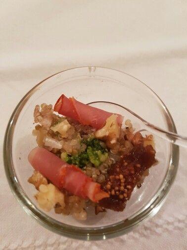 Quinoa met vijg, gedroogde ham, walnoot, ui, honing, citroen, olie.