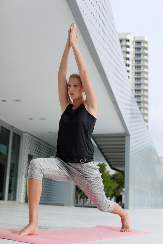 Namaste! Hose und Top von Luhta sind eindeutig auf dem Yoga-Trip und bieten komfortablen  Tragekomfort und jede Menge Bewegungsfreiheit. Dazu passt der graue Sport-BH von Bench im klassischen Sweat-Look.