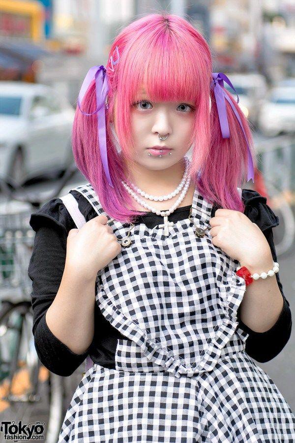 ARTIS JEPANG KUUA W / PINK TWINTAILS & PIERCINGS ON THE STREET DI HARAJUKU  Berita Fashion Jepang – Kuua adalah seniman Jepang yang populer ,karyanya dapat ditemukan pada fashion dan barang-barang lain yang sering kita lihat di jalan di Harajuku. Dia berasal dari Osaka, tapi kami beruntung bisa menemuinya di Harajuku saat berada di Tokyo untuk beberapa acara melukis.  Selain twintel pink dan gaya rambutnya yang seksi, Kuua mengenakan gaun kotak-kotak dari Romantic Standard di atas platform…