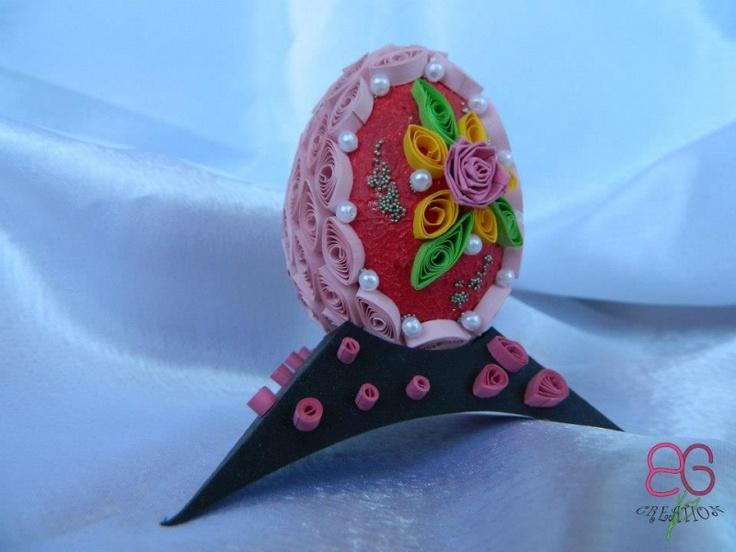 Ou decorativ rosu cu quilling roz si floricele