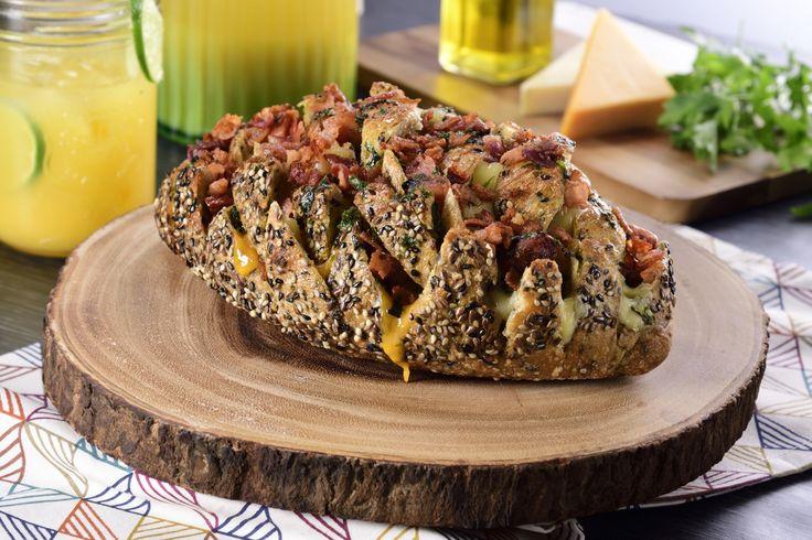 No hay nada más rico que la combinación de pan y queso y esta receta no será la excepción con este pan campesino relleno de una excelente combinación de quesos, es la botana ideal para disfrutar en pareja, con amigos y familia ¡Fúndete de sabor!