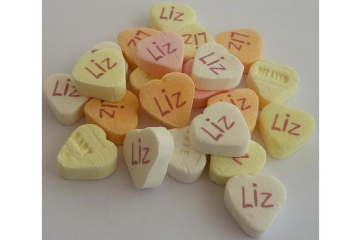 Kleine fruithartjes met naam  Koop 200 voor € 0,20 per stuk.  www.suikerzoentje.be