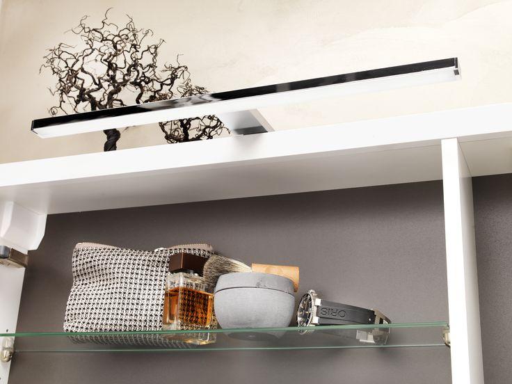 Till Udden spegelskåp finns en snygg belysningsarm med LED-belysning som ger ett vackert ljus.