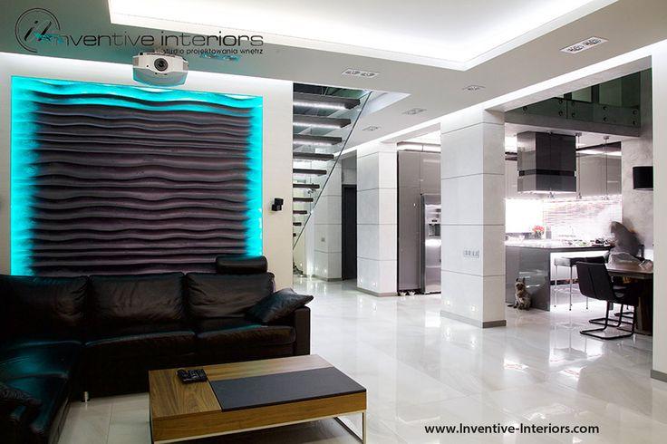 Projekt salonu Inventive Interiors - dekoracyjne panele 3d z podświetleniem za sofą