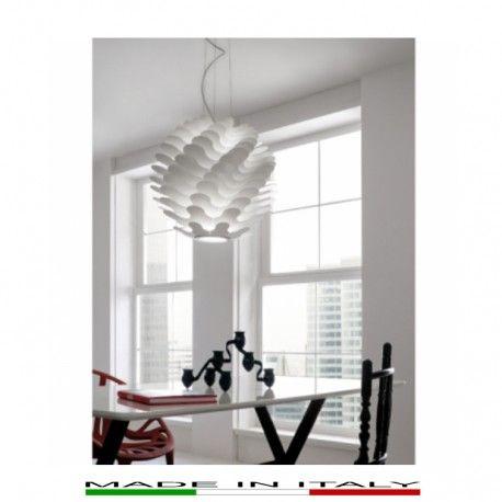 LIBERA  - Lampada a sospensione realizzata con fogli in alluminio di diverse misure sovrapposti che rendono la forma dinamica. Al centro un cilindro luminoso in vetro soffiato crea un gioco di luci ed ombre. Disponibile in bianco opaco.