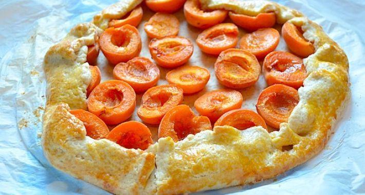 Een abrikozen galette is een rustieke taart die heel makkelijk om te maken is.
