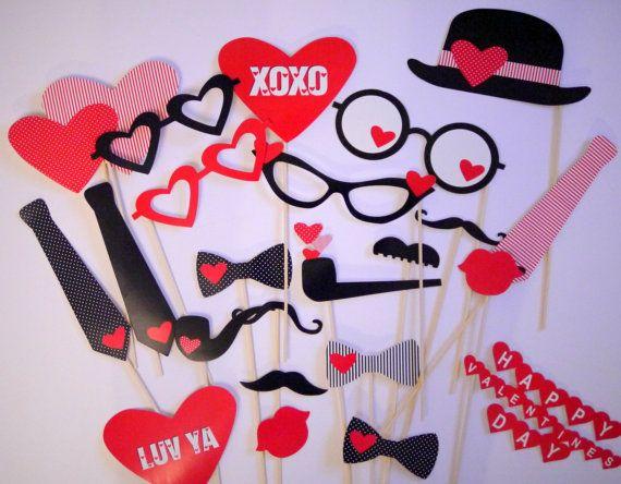 Endlich wieder zu haben: Ein Klassiker der Münchner Propswerkstatt, die In Love Edition!. Das Paket beinhaltet zehn Props aus der Gesamtübersicht. Damit gebt Ihr Euren Fotobox Event / Photobooth den perfekten Feinschliff und es entstehen tolle Hochzeitsfotos! Die Maße der Fotoprops