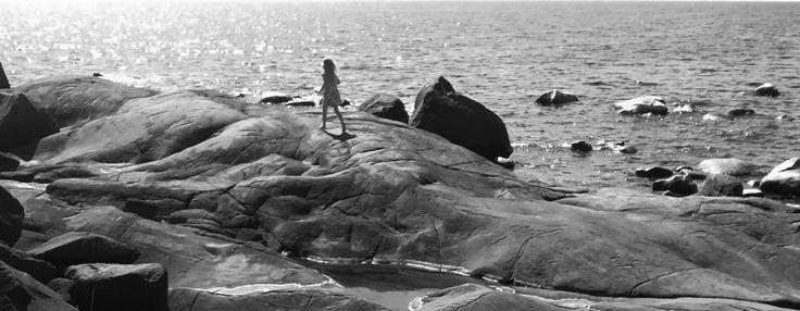 Klipporna på Skäret i Steninge har slipats mjuka av stormande hav genom tiderna. En av de bättre ställena att njuta av solnedgången på.