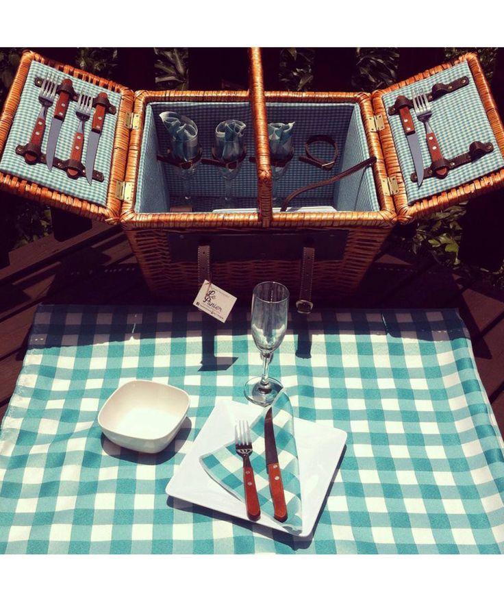 Canasta 4 Puestos Celeste - Incluye: 4 platos, 4 tenedores, 4 cuchillos, 1 sacacorcho, 4 servilletas de tela, 1 mantel y 4 copas. $425.000 COP (Envío gratis). Cómprala aquí--> https://www.dekosas.com/productos/le-panier-canasta-picnik-4-puestos-celeste-detalle