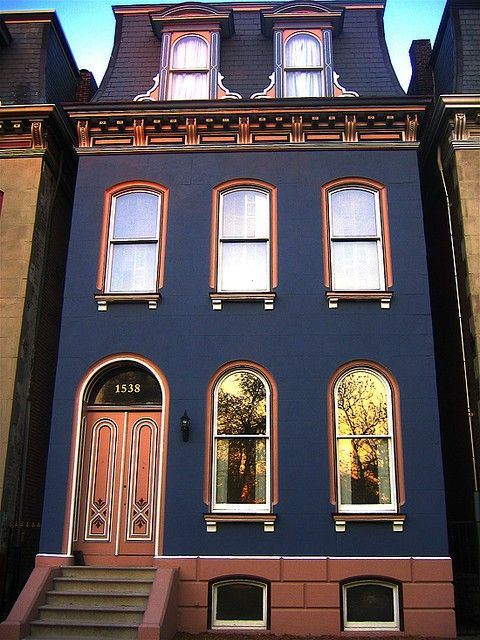 Beautiful house. Love the color scheme (Terracotta - Navy - White).