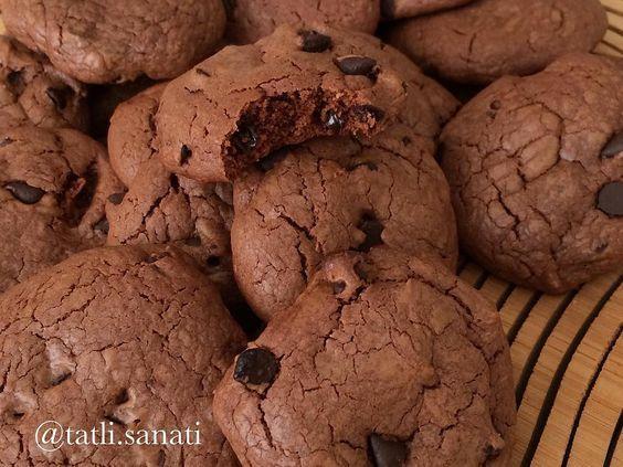 Hayırlı geceler🙋Kahvenin yanında ya da sütle severek tüketebileceğimiz bir kurabiye yaptım😋Benim en sevdiğim kurabiye diyebilirim..Amerikan film ya da dizilerinin çoğunda sıklıkla rastladığımız cookie aslında yapımı çok kolay bir kurabiye çeşidi.Bize damla çikolatalı kurabiyeyi hatırlatsa da daha farklı bir tadı var.Türk mutfağındaki kurabiyelere göre cookie daha yoğun ve daha yağlı bir lezzet.Eğer çikolatayı severek tüketiyorsanız benim gibi🙈😍cookie de eminim hoşunuza gidecektir.İçine…