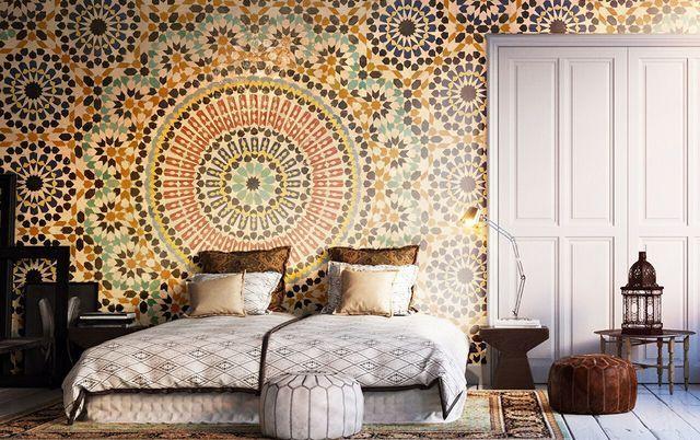 Evasion garantie avec ce papier peint, façon mosaïque marocaine, en guise de tête de lit dans la chambre