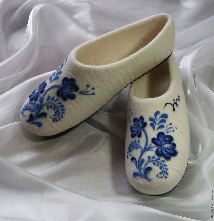 Гжельские мотивы.  Тапочки, валяные из 100% шерсти, подшиты натуральной кожей. Рисунок выполнен в технике сухого валяния. Handmade.