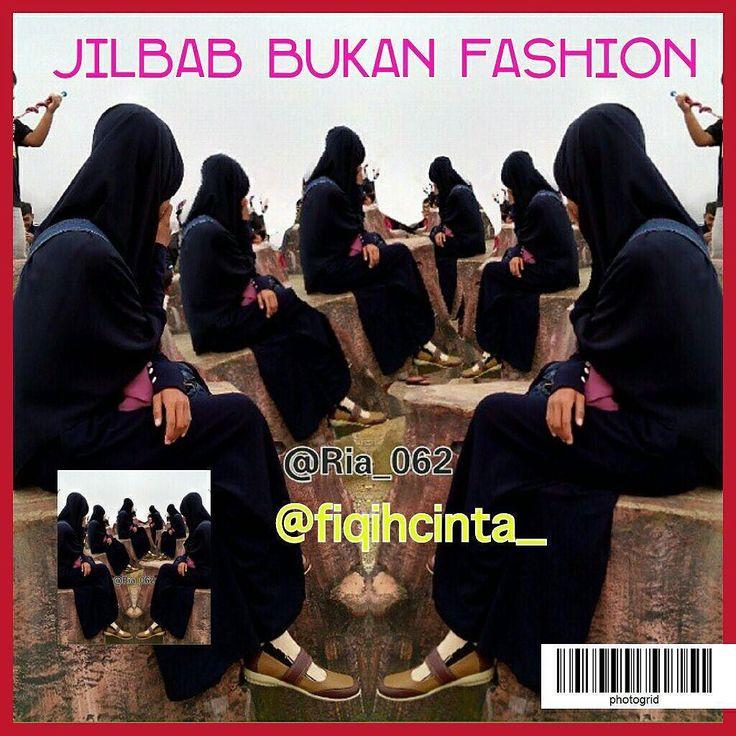 :. Jilbab Bukan Fashion . . .  Seorang manusia melakukan perbuatannya berdasarkan yang dia pahami .  Pun dengan orang yang memahami jilbab sebagai fashion maka perilakunya sesuai pemahamannya .  Jika terlanjur dipahami bahwa jilbab sebagai fashion maka jilbab tak jauh dari pembahasan fashion/gaya .  Pertama seakan menjadi satu keharusan jilbab dan berjilbab harus dipamerkan maka dibuatlah peragawati berjilbab .  Kedua seakan berjilbab harus menarik perhatian orang maka dibuatlah jilbab gaul…