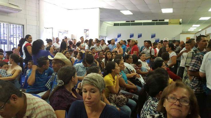 Honduras: Cientos de personas abarrotan la sede del Instituto Nacional de Migración Desde tempranas horas, las personas acudieron a las instalaciones de esta entidad, donde supuestamente colapsó el sistema de emisión de pasaportes Largas filas se mantuvieron en las instalaciones del Instituto Nacional de Migración para trámites de pasaportes, foto: Álex Pérez/El Heraldo.