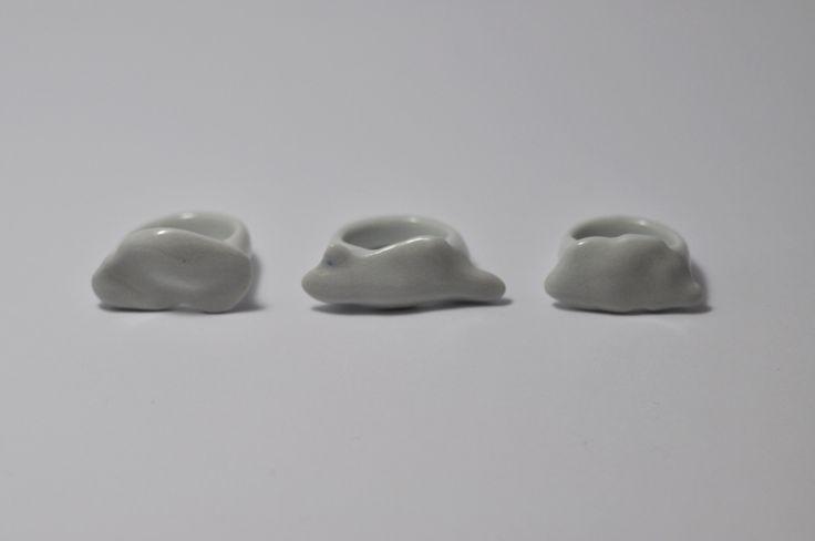 Mrak Litý - modelovaný, porcelánový prsten. o vnitřním průměru cca 15mm (48- 49) výhodou porcelánových šperku, jsou jejich anti-alergenní vlastnosti