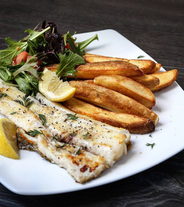 Fish and chips the #healthy way - quick dinner of grilled fish salad and crispy oven-baked #mccain Chunky Cut Rustic Chips made from #natural ingredients #rusticchips #ad