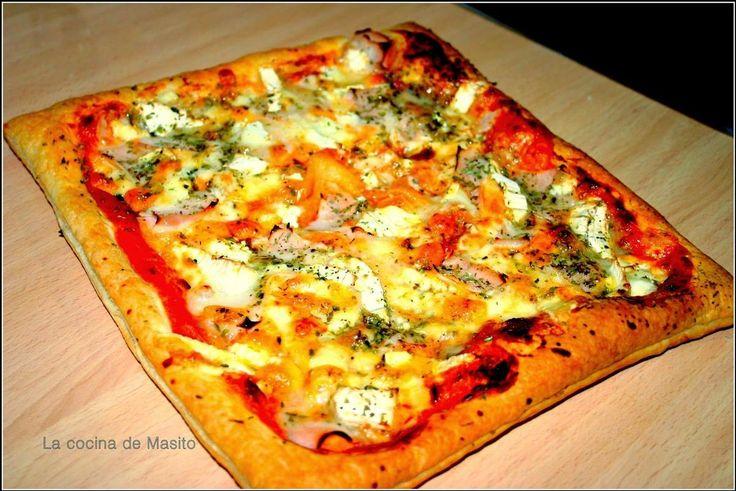 Si tienes una masa de hojaldre, prepara en pocos minutos esta sensacional pizza con queso de cabra