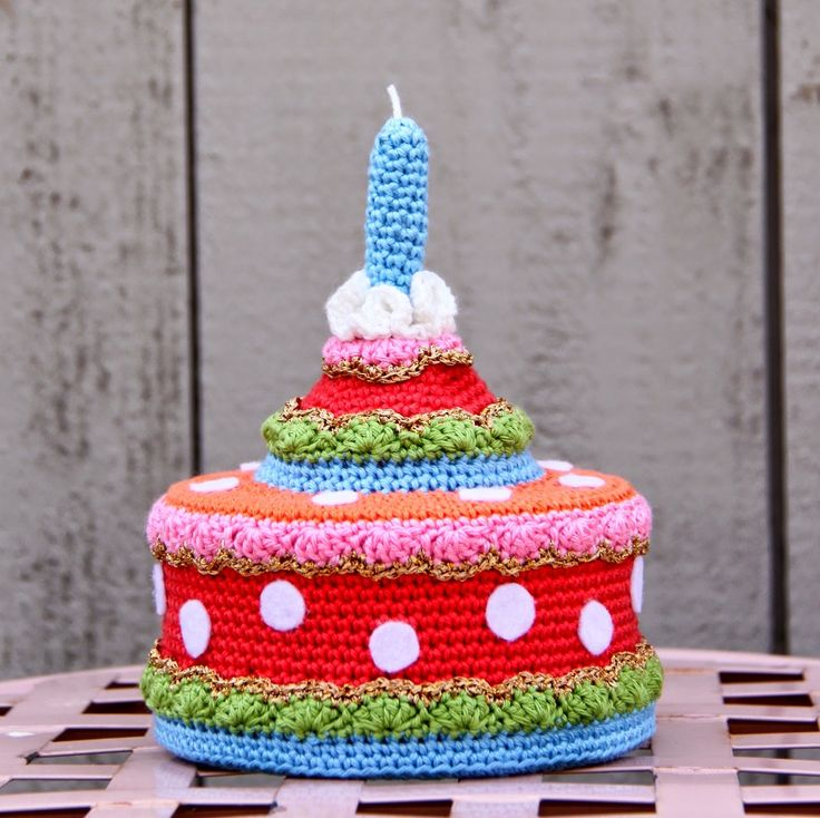 I found this fab crocheted Birthday Cake over at the Dutch blog AK At Home. Google Translate does a great job of translating the free pattern.