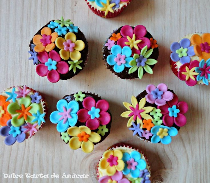Cupcakes de chocolate y limón decorados con flores de fondant