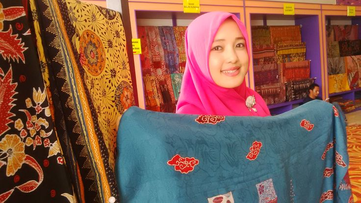 Ini Dia Si Cantik Berjilbab Dibalik Mendunianya Batik Trusmi Cirebon